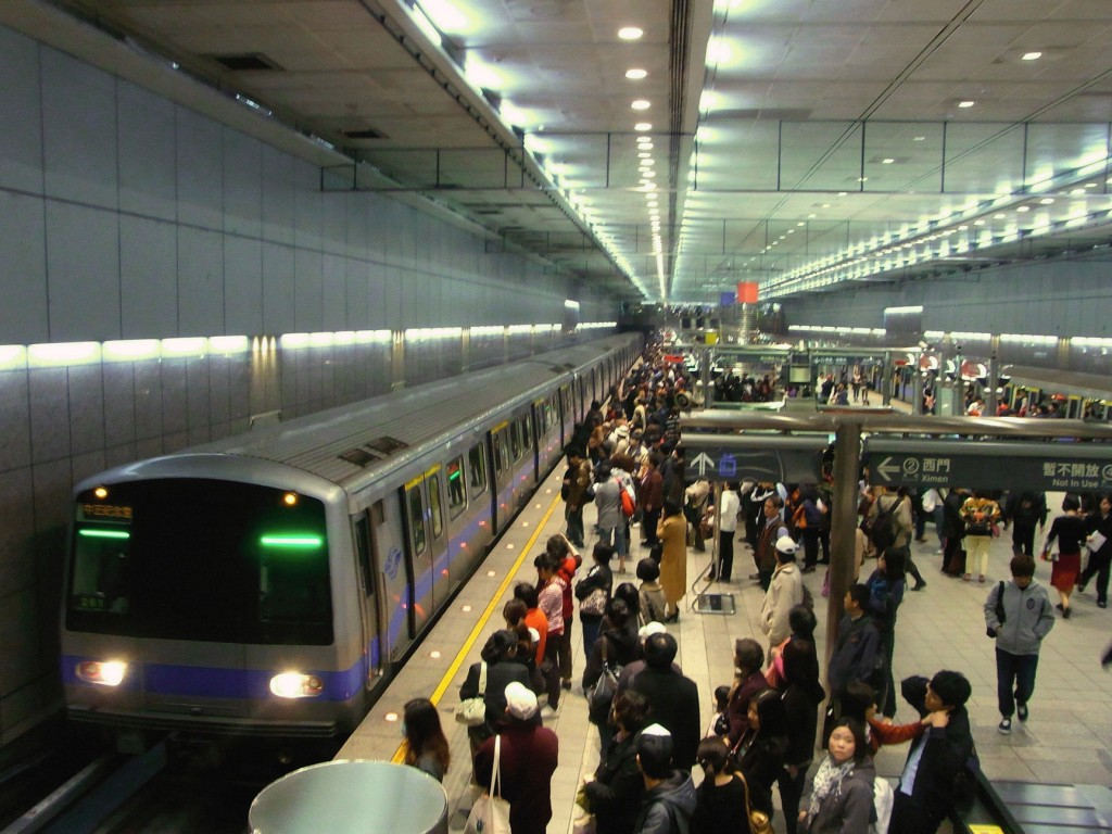 A_train_of_Xiaonanmen_Line_approaching_CKS_Meml_Hall